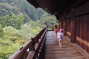 Children running around Sanmon gate at Nanzen-ji